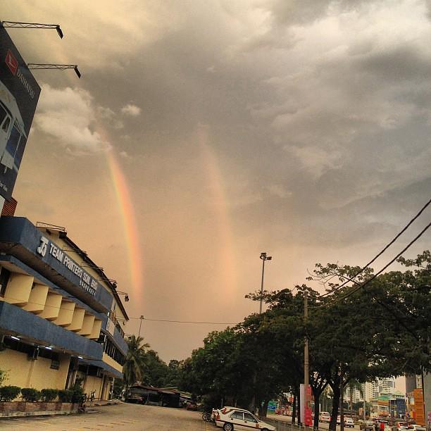 身為一道彩虹 雨過了就該閃亮整片天空讓我深愛的你感到光榮身為一道彩虹 盡全力也要換你一段笑容夠了 我 ...