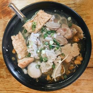 臺灣小吃 Taiwan Food 什錦麵 Assorted Noodle 有什麼就放什麼就是什錦麵的重點。真是隨意的… | Flickr