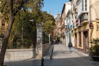 Langs de Botanische tuin links, richting de Parroquia de Santos Justo y Pastor.