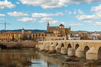 De oude romeinse brug was ooit de enige brug die de twee oevers van de Guadalquivir met elkaar verbond.