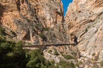 Het pad door de canyon of kloof van de rivier El Chorro is oorspronkelijk aangelegd om bouwmateriaal aan te voeren voor de waterkrachtcentrales.