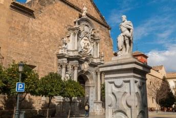 Voor die parochie staat dit standbeeld van Carlos V op het Plaza de la Universidad.