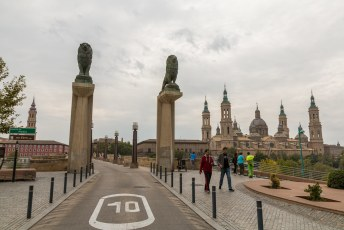 Ik vervolgde mijn rondje om de kerk en stak de Ebro rivier over via de stenen brug.
