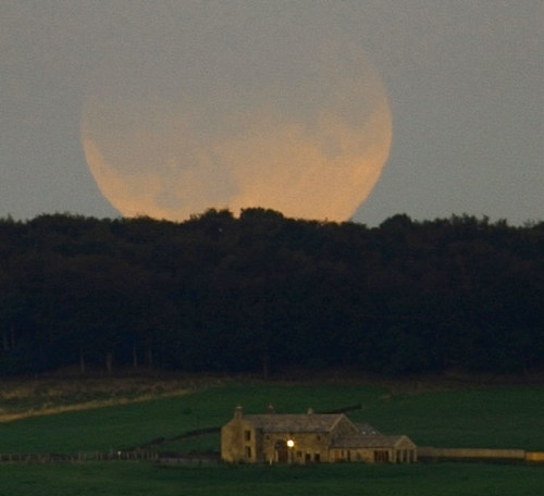 eclipse moon over england | 上星期四,也就是攝影術發明一年之後,那塊懸在天際長滿苔藻和銀蓮花的巖石是一個極美的鏡頭。  這部投資了1500金路易的影片,歐洲,今年大年初一時也曾在高雄青年路底上演,而… | Flickr