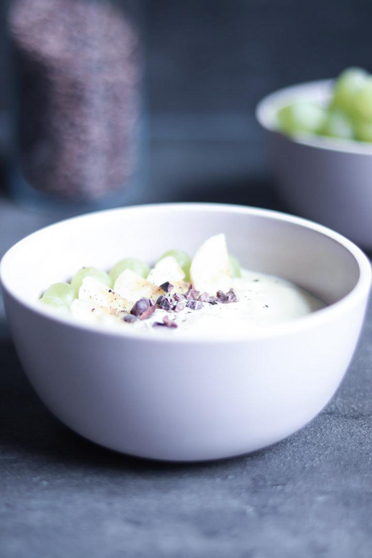 Schnelle Frühstücksidee mit Joghurt und Früchten