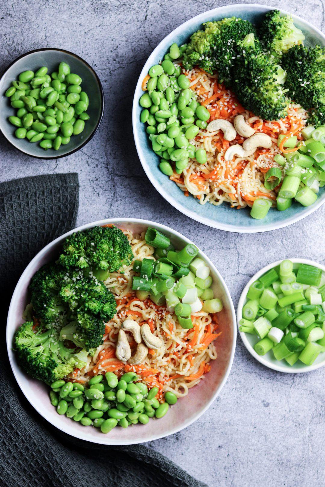 Asiatische Bowl mit Karotte und Edamame