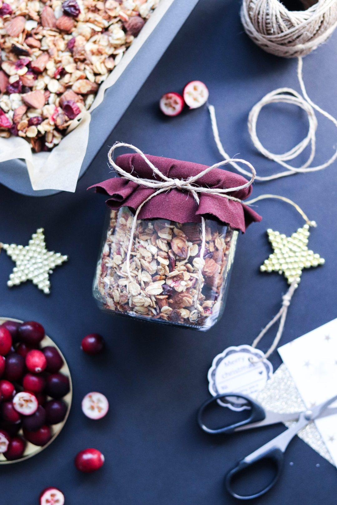 Weihnachtliches Granola mit Mandeln und Cranberrys