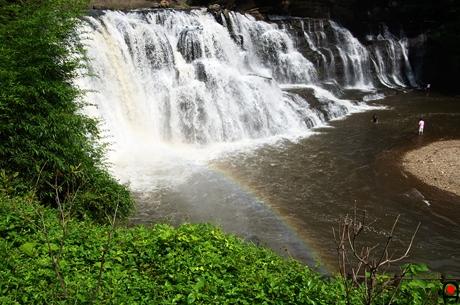 龍門の滝と虹の写真