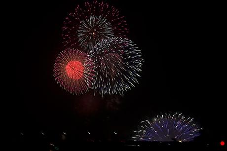 水上花火と打ち上げ花火のコラボの写真