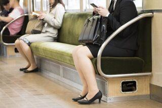 電車の座席でパンチラ