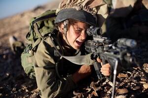 女性兵士のケツ