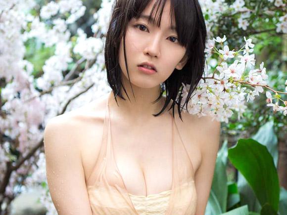 儚く美しく、身体も魅力的な吉岡里帆