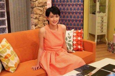 オレンジ色のワンピースを着ている長谷川京子
