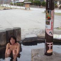 足湯に全裸で入った馬鹿女wwww