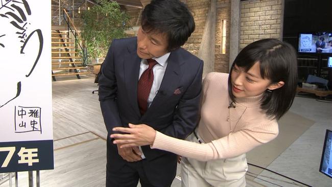 悲報】報ステ竹内由恵アナ、おっぱいを当てに来る