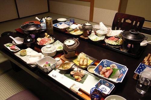 1200px-Dinner_at_Kinugawa_Plaza_Hotel_R