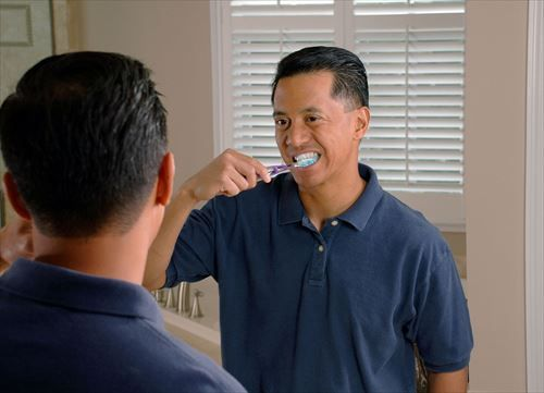 Man_brushing_teeth_R