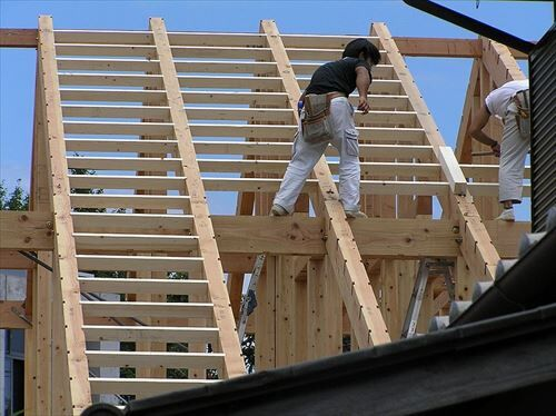 800px-大工と屋根造作・垂木構造P8020029_R