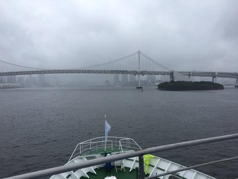 STU48号がレインボーブリッジを通過して東京湾に入港