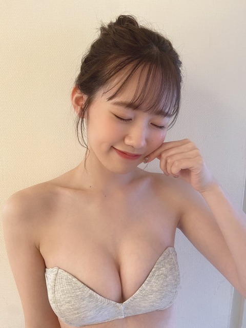【AKB48】チーム8服部有菜のビキニの端っこからニップレス見えてる?