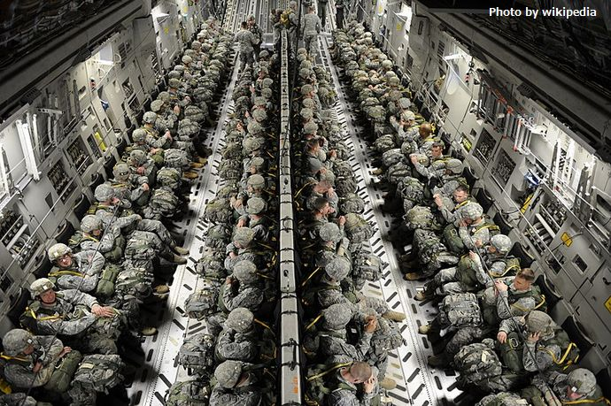 800px-82nd_Airborne_paratroopers_in_a_C-17