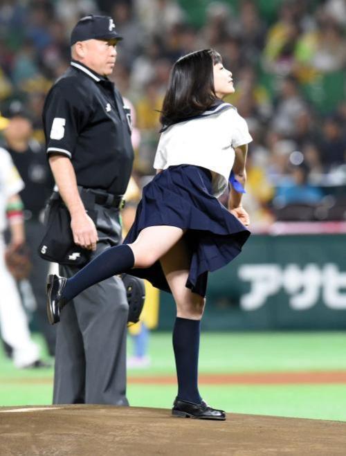 橋本環奈(16)の制服ノーバン始球式がエロい!ムチムチ太ももとぽっちゃりお腹がたまらん【エロ画像】