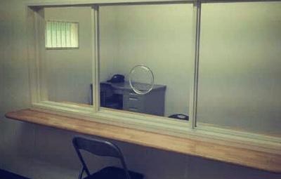 「刑務所 面会 アクリル板」の画像検索結果