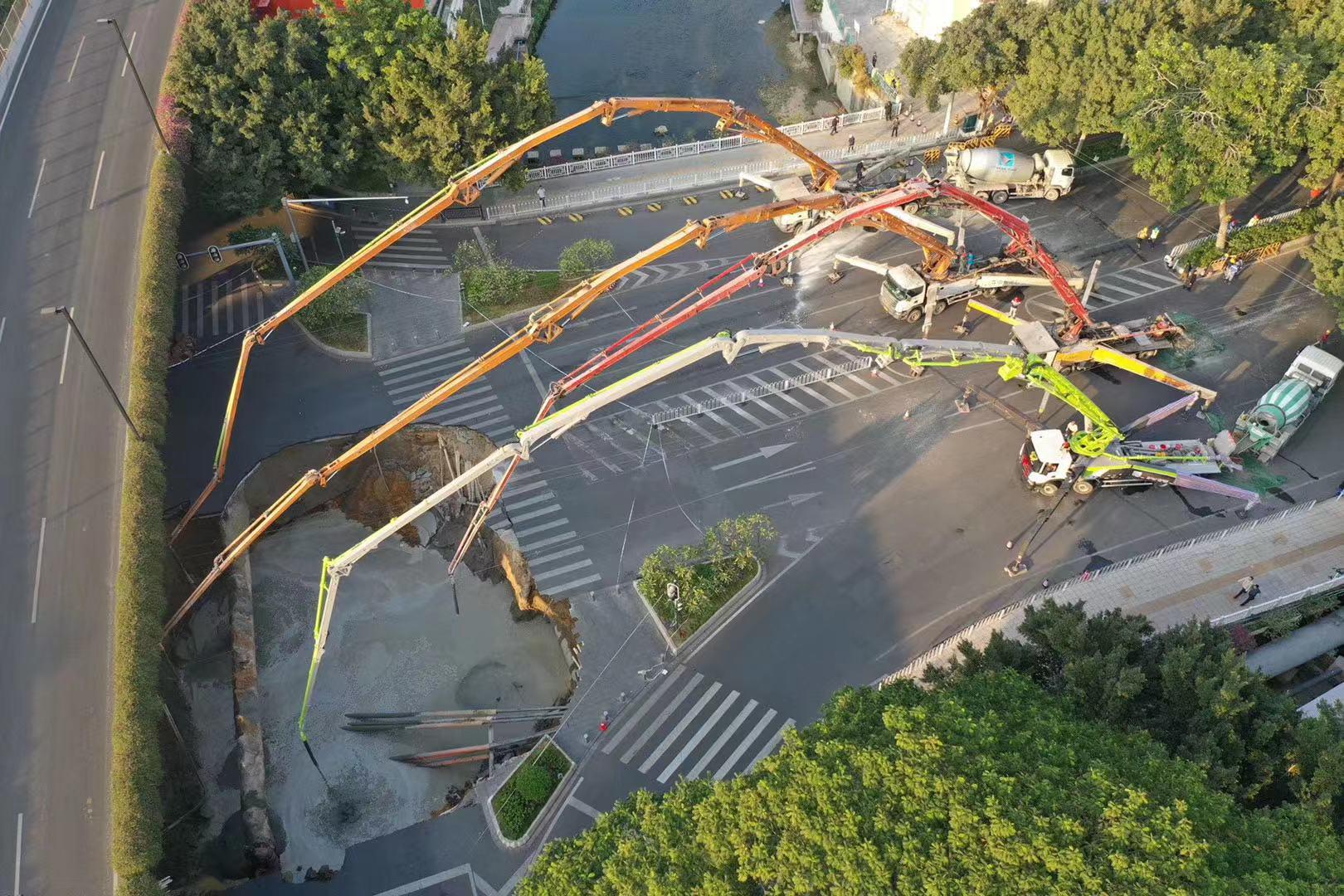 【ヤバすぎ】中國で道路が陥沒し崩落 → 落下した人を救出せず ...