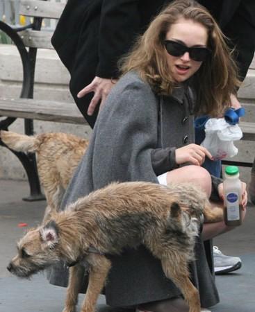 ナタリー・ポートマンとイヌ