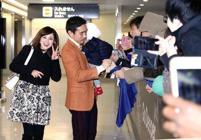長友が平愛梨と息子連れ帰国、空港は一時パニックに