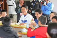 【中日】根尾が沖縄読谷で給食交流イケメンと呼ばれ「なんでやねん」