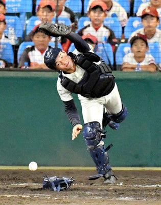 ウィニングボール取るはずが…2度落球で照れ笑い捕手