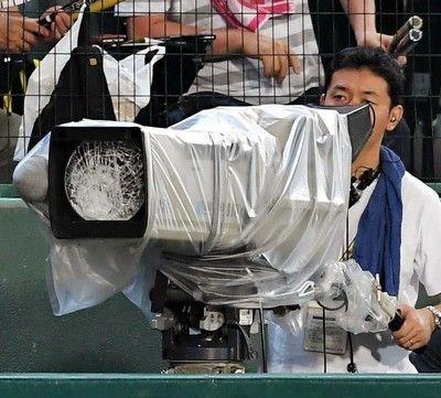 阪神・岩貞がテレビカメラ破壊ファウルがレンズ直撃