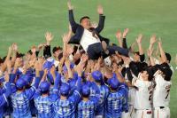 村田修一さん、試合後に三塁付近で巨人・DeNA両軍選手から胴上げ