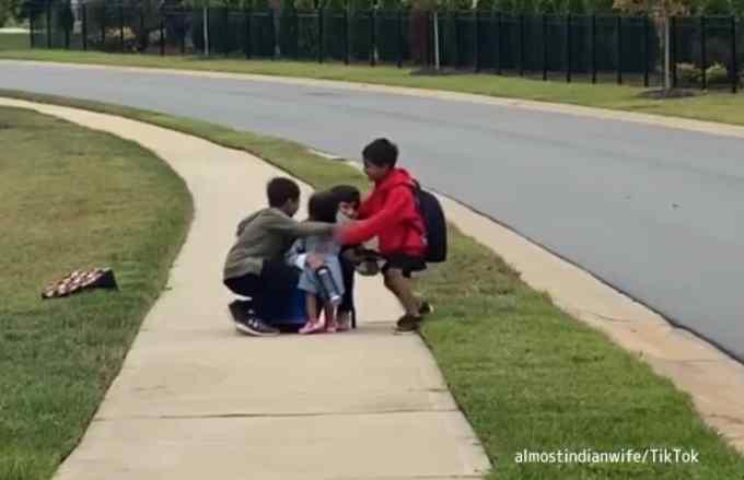 学校から帰ってくる兄を待ちわびる幼い妹、妹を抱きしめる3人の兄の兄妹愛溢れる瞬間