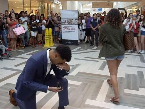 公共でプロポーズされて「ノー」と返事をした人00