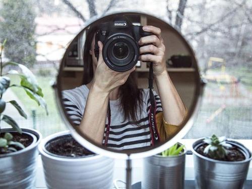 鏡の写真を撮っている人00