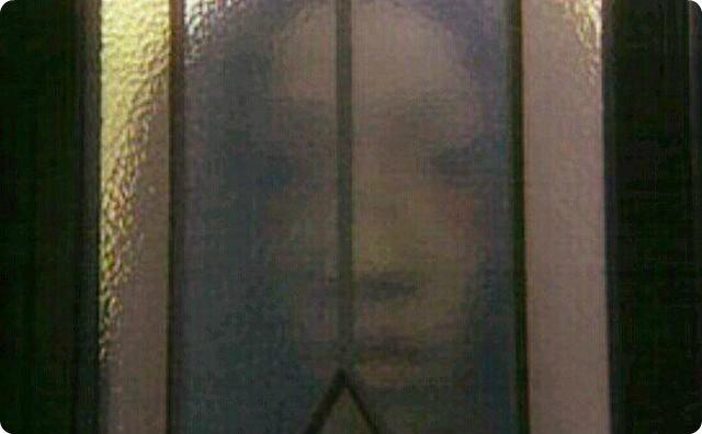 【不気味】風呂の窓の外で大勢の話し声がするんだ…-玄関