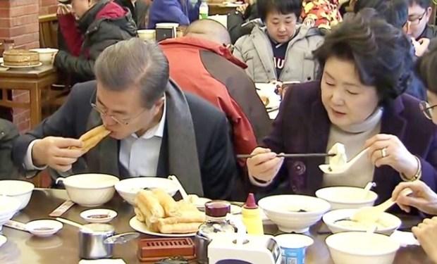 ムン・ジェイン大統領が一人飯