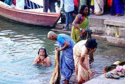 ガンジス川で沐浴する人たち。