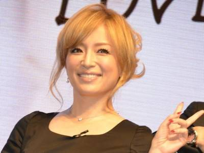 浜崎あゆみ、美脚披露のピンクコーデに「めっちゃセクシー」の声