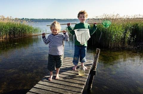 Enfants jouant sur le lac