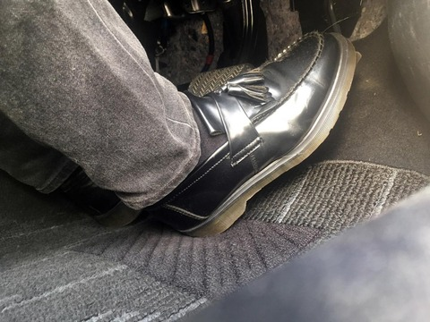 ブレーキペダルは右足で踏む