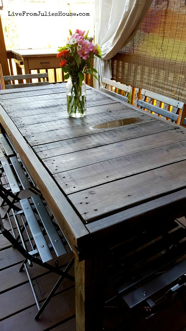 DIY Pallet table + 13 Awesome Outdoor DIYs & Upcycles - Spring is here! Check out my DIY pallet table tutorial + a baker's dozen of awesome easy outdoor DIY projects & upcycles