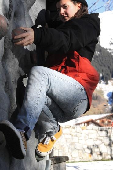 hon visar sina kunskaper inom klättring