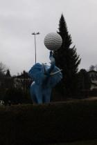 Om någon undrar vart vi bor, mitt emot den blå elefanten.