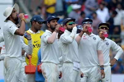 Indian cricket team captain Virat Kohli (3R) and his players sip drinks during a break on the second day of the second cricket Test match between India and Australia at The M. Chinnaswamy Stadium in Bangalore on March 5, 2017. ----IMAGE RESTRICTED TO EDITORIAL USE - STRICTLY NO COMMERCIAL USE----- / GETTYOUT / AFP PHOTO / Manjunath KIRAN / ----IMAGE RESTRICTED TO EDITORIAL USE - STRICTLY NO COMMERCIAL USE----- / GETTYOUT