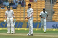 Indian bowler Umesh Yadav (C) celebrates the dismissal of Australian batsman Shaun Marsh during the fourth day of the second Test match between India and Australia at The M. Chinnaswamy Stadium in Bangalore on March 7, 2017. / AFP PHOTO / Manjunath KIRAN / ----IMAGE RESTRICTED TO EDITORIAL USE - STRICTLY NO COMMERCIAL USE----- / GETTYOUT