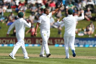 DUNEDIN, NEW ZEALAND - MARCH 09: Vernon Philanders of South Africa celebrates the dismissal of Tom Latham of New Zealand during day two of the First Test match between New Zealand and South Africa at University Oval on March 9, 2017 in Dunedin, New Zealand. (Photo by Dianne Manson/Getty Images)