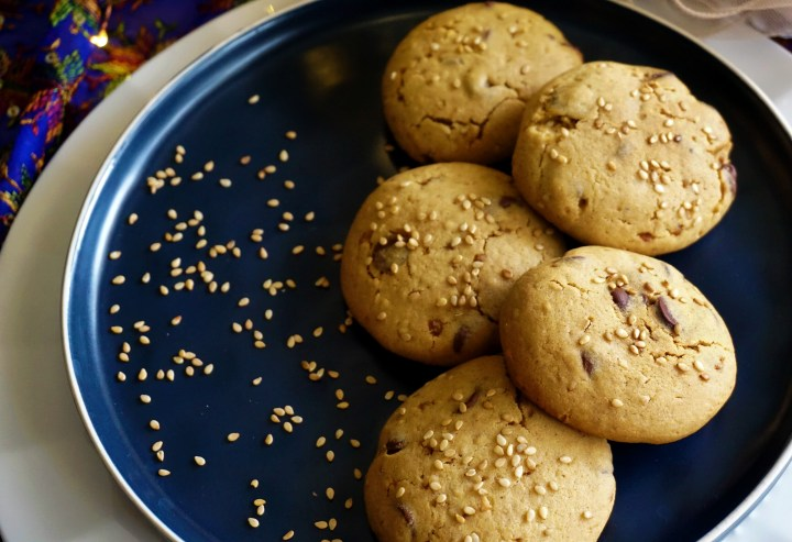 sesame seeds with cookies